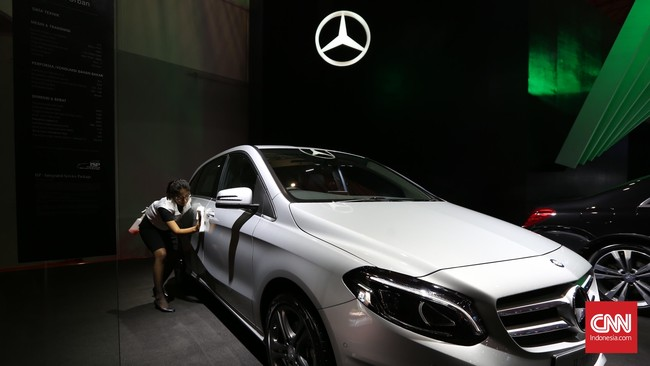 Karyawan membersihkan display mobil Mercedes Benz pada perhelatan Indonesia International Motor Show (IIM) 2016 di JIE Kemayoran, Jakarta, Kamis, 7 April 2016.