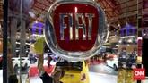 Pekerja membersihkan display booth Fiat pada perhelatan Indonesia International Motor Show (IIM) 2016 di JIE Kemayoran, Jakarta, Kamis, 7 April 2016.