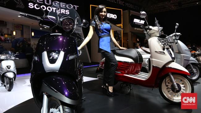 Sales promotion girl berpose di samping kendaraan skuter pada perhelatan Indonesia International Motor Show (IIM) 2016 di JIE Kemayoran, Jakarta, Kamis, 7 April 2016.