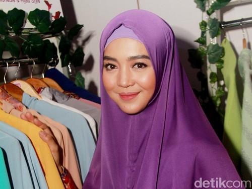 Gaya Hijab Syari Untuk Kondangan Ala Nuri Maulida