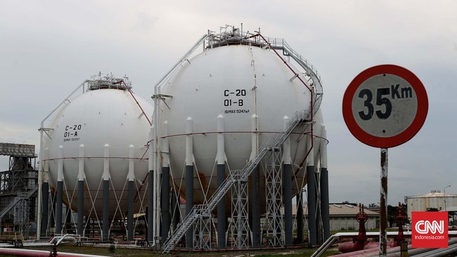 Area tanki elpiji(spherical tank) di kilang unit pengelohan (Refinery Unit) V Balikpapan, Kalimantan Timur.