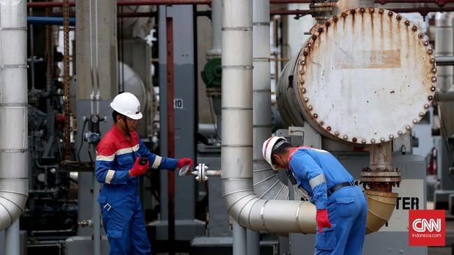 Dua petugas memeriksa pipa area Crude Distillation Unit (CDU IV) unit pengolahan (Refinery Unit) V Balikpapan, Kalimantan Timur.