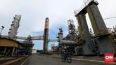 Petugas bersepeda melintasi pipa area Crude Distillation Unit (CDU IV) unit pengelohan (Refinery Unit) V Balikpapan, Kalimantan Timur.