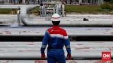 Petugas memerhatikan pipa area tanki LPG (spherical tank) di kilang unit pengelohan (Refinery Unit) V Balikpapan, Kalimantan Timur.