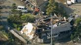 Gempa mengguncang pukul 21.26 waktu setempat di kedalaman 11 km dekat kota Kumamoto. Listik bagi 14.500 rumah mati hingga Jumat pagi, polisi menerima puluhan laporan kebocoran gas. (Reuters/Kyodo)