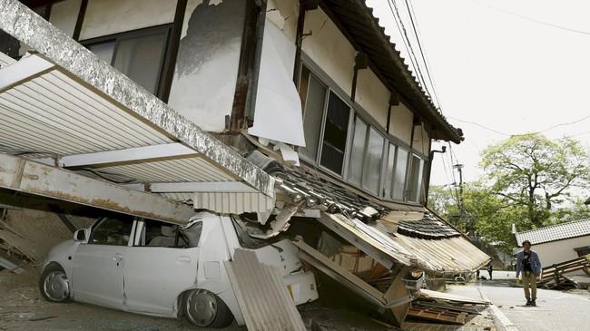 Gempa susulan yang diperkirakan akan berlangsung selama beberapa hari ke depan dikhawatirkan akan semakin banyak memicu kerusakan bangunan. (Reuters/Kyodo)
