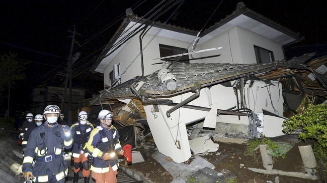 Korban tewas dan terluka kebanyakan akibat tertimpa rumah yang ambruk. Namun ada juga korban yang tewas akibat terjebak dalam kebakaran karena gempa. (Kyodo/Reuters)