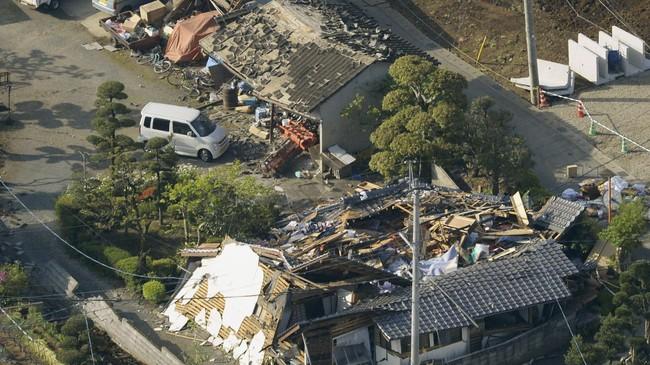 Sedikitnya sembilan orang tewas dan 860 lainnya terluka setelah gempa 6,4 skala richter mengguncang Jepang pada Kamis (14/4). Gempa tidak sampai memicu peringatan tsunami. (Reuters/Kyodo)