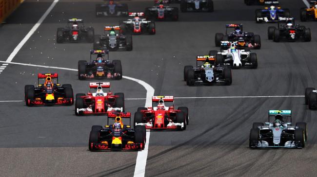 Insiden pertama terjadi di tikungan pertama ketika Kvyat (paling kiri) coba menyalip duo Ferrari. Untuk mengamankan diri, Sebastian Vettel membanting stir ke kiri namun menabrak rekan setimnya sendiri, Kimi Raikkonen. (Clive Mason/Getty Images)
