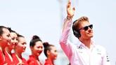Nico Rosberg yang menjadi juara di dua seri balapan pertama, melangkahkan kakinya dengan santai karena ia mengantongi posisi pole di GP China. (Mark Thompson/Getty Images)