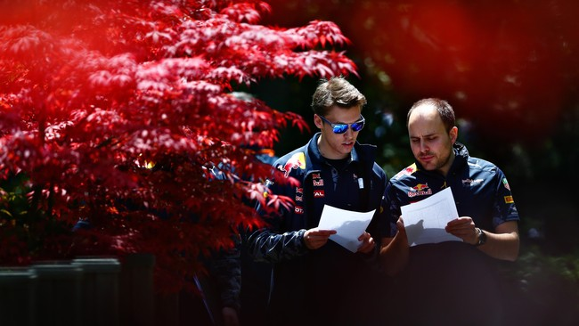 Pebalap Red Bull Daniil Kvyat berbincang dengan rekan setimnya sebelum balapan. Red Bull sendiri memulai balapan dengan bagus dengan Daniel Ricciardo juga berada di grid kedua. (Dan Istitene/Getty Images)
