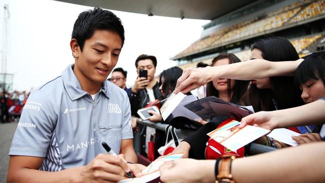 Rio Haryanto memulai GP China dengan berbagai aktivitas media dan juga bertemu dengan para penggemarnya di China. Termasuk mengunjuki KJRI. (Mark Thompson/Getty Images)