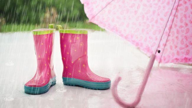 6 Benda yang Harus Ada di Tas Saat Hujan Selain Payung