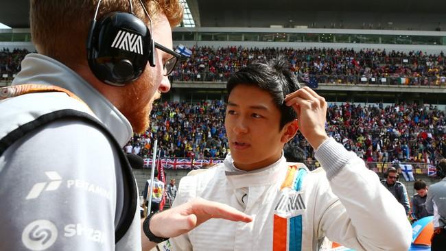 Rio berbincan dengan salah satu teknisinya sebelum balapan. Menurutnya strategi ban akan sangat menentukan dalam balapan di suhu yang panas seperti Shanghai. (Dok. Manor Grand Prix Racing Ltd)