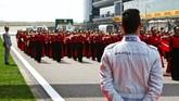 Rekan setim Rio Haryanto, Pascal Wehrlein, menyaksikan pawai budaya yang berlangsung pagi hari sebelum balapan. (Dok.Manor Grand Prix Racing Ltd)
