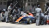 Pada seri ketiga yang berlangsung di Sirkuit Internasional Shanghai, China, 17 April, Rio Haryanto finis di posisi ke-21 di depan pebalap Renault Jolyon Palmer.(Manor Grand Prix Racing Ltd)