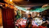 Seorang anak laki-laki duduk di ranjang kamarnya dalam bedeng di Distrik Kavrepalanchowk. United Nations Environment Programme (UNEP), United Nations Development Programme (UNDP) dan kementerian terkait di Nepal berfokus kepada lingkungan dan kaum marjinal dalam perencanaan pembangunan sejak 2010. (Reynold Sumayku)