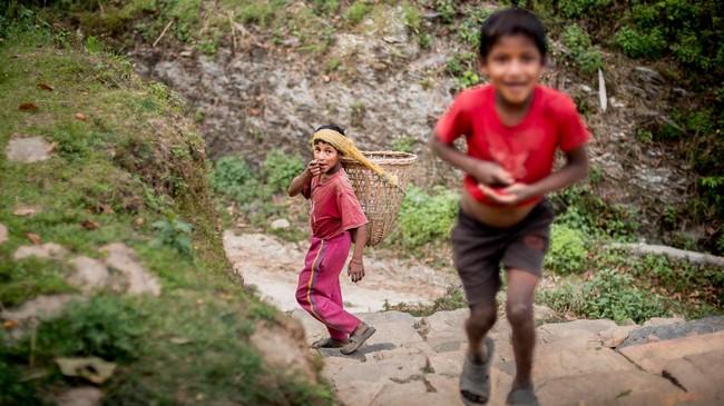 <p>Anak-anak lelaki Desa Damdame di Distrik Kaski yang gembira ini hidup di suatu negara yang dibentengi Pegunungan Himalaya. Dengan tingkat kesejahteraan yang rendah serta letak yang berada di zona gempa, Nepal tetaplah termasuk negeri yang penduduknya paling ramah di dunia. (Reynold Sumayku)</p>