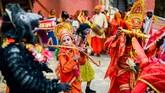 <p>Penampilan sebuah kelompok pertunjukan kesenian keliling pada hari pertama Baishak yang sekaligus merupakan tahun baru resmi dalam kalender Nepal pada 13 April 2016 di Durbar Square, Kathmandu. (Reynold Sumayku)</p>