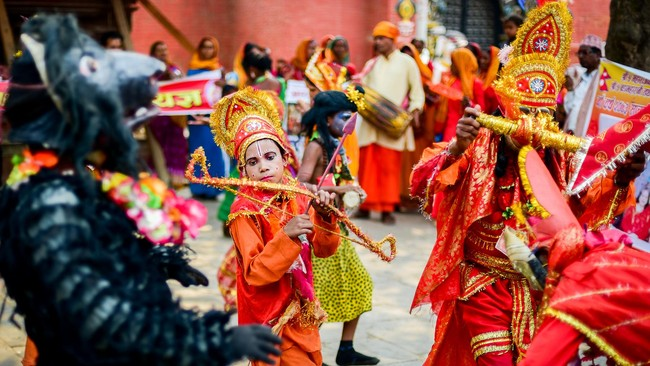 Penampilan sebuah kelompok pertunjukan kesenian keliling pada hari pertama Baishak yang sekaligus merupakan tahun baru resmi dalam kalender Nepal pada 13 April 2016 di Durbar Square, Kathmandu. (Reynold Sumayku)
