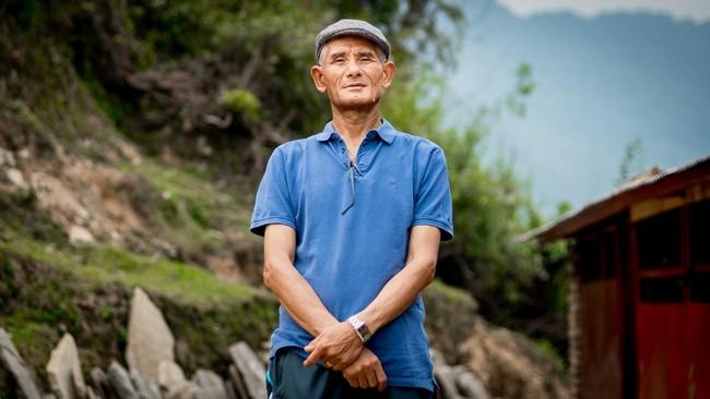 <p>Pemimpinkomunitas Gurung,Guphal Gurung, 60,penduduk Pegunungan Panchase, menilai terdapat hal lain yang juga penting dan harus diantisipasi untuk bertahan hidup yakni, perubahan iklim. (Reynold Sumayku)</p>