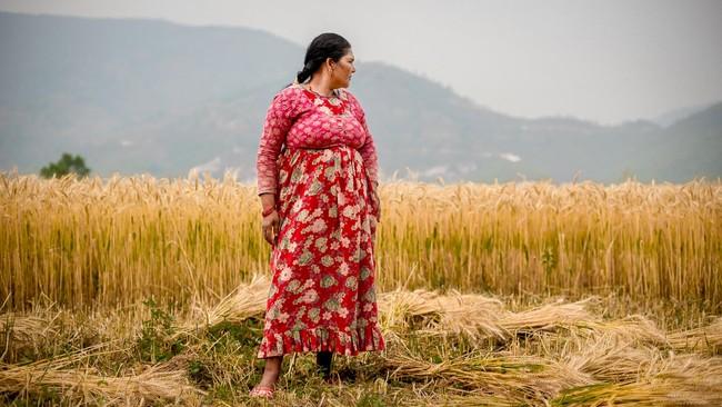 <p>Seorang perempuan beristirahat setelah menyiangi tanaman gandum di Distrik Kavrepalanchowk, Nepal Timur. Pertanian merupakan sumber pencaharian utama di banyak distrik yang diterjang bencana gempa bumi dan tanah longsor tahun lalu. (Reynold Sumayku)</p>