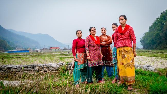 Kesedihan sejumlah perempuan warga Desa Karki Tahara dan Khahare di Distrik Kaski mulai pudar. Juli tahun lalu, saat masih prihatin atas gempa bumi yang menghancurkan belahan lain Nepal, para perempuan ini kehilangan saudara sekaligus tempat tinggal akibat terjangan tanah longsor dan banjir dari aliran Sungai Khahare. (Reynold Sumayku)