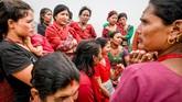 Kaum perempuan berkumpul untuk sebuah pertemuan yang diinisiasi oleh UNEP dan UNDP di Desa Chandani Mandan, Distrik Kavrepalanchowk, Nepal Timur. Gempa bumi dan serangkaian bencana longsor tahun lalu tak hanya merusak permukiman dan lahan pertanian, tetapi juga mata air. (Reynold Sumayku)