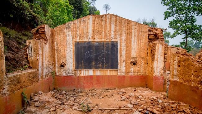 <p>Sisa-sisa ruangan kelas pada suatu kompleks bangunan sekolah yang hancur berantakan di Distrik Kavrepalanchowk, Nepal Timur. Pemerintah dianggap gagal memaksimalkan penggunaan dana bantuan luar negeri senilai US$4,1 miliar untuk pembangunan kembali pasca gempa. (Reynold Sumayku)</p>