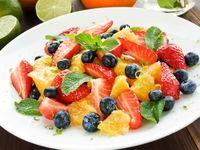 Salad buah dengan siraman greek yogurt yang baik dikonsumsi saat pagi mungkin pilihan Anda selanjutnya. Proses membuatnya mudah, waktu yang terpakai juga tidak banyak. Perut pun aman. (Foto: Thinkstock)