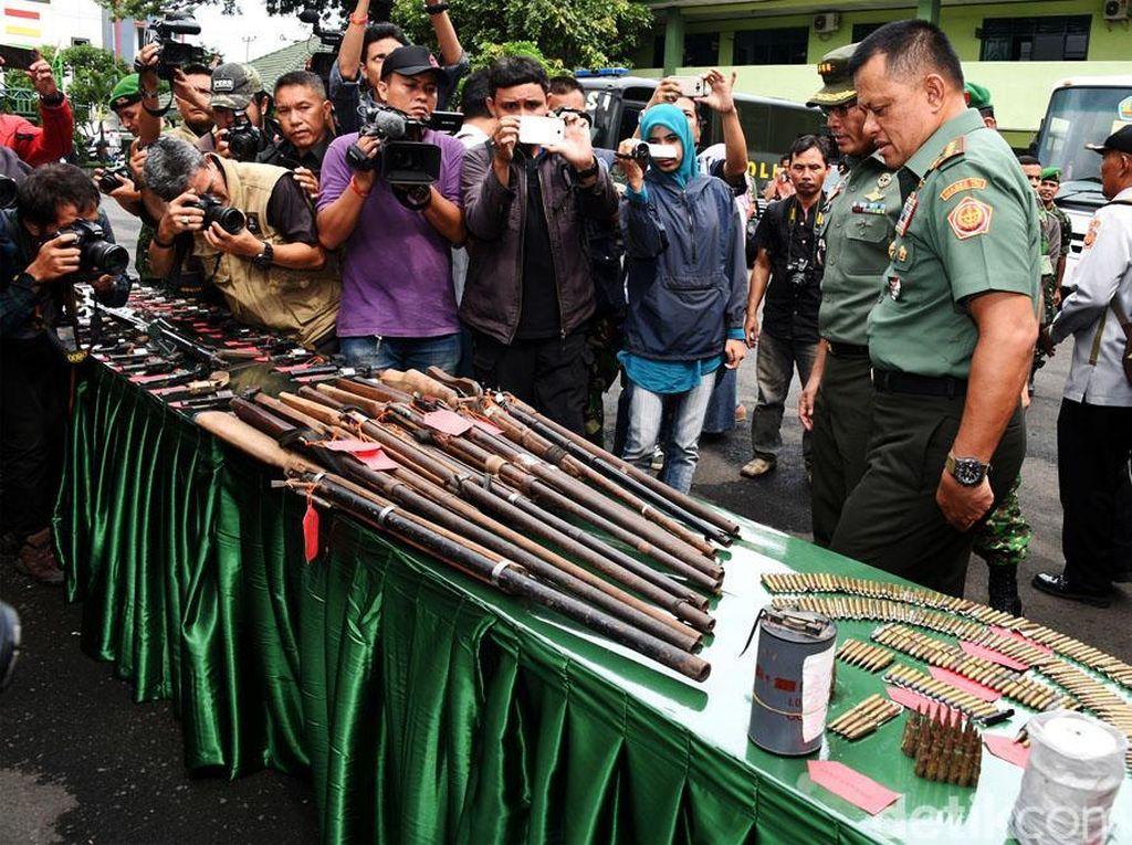Panglima TNI meninjau ratusan pucuk senjata api rakitan yang diserahkan secara sukarela oleh masyarakat.