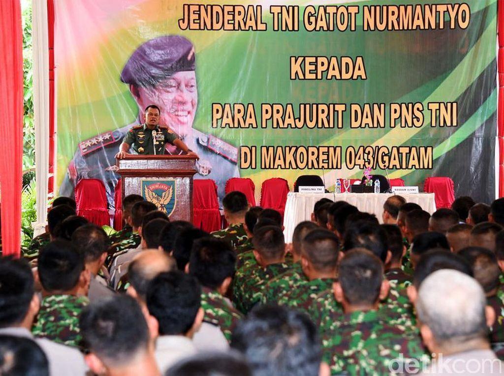 Panglima TNI Jenderal Gatot Nurmantyo memberikan pengarahan di hadapan 1.020 prajurit dan PNS TNI. Ist/Puspen TNI.