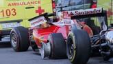 Sebastian Vettel harus merelakan mobil timnya teronggok setelah menabrak dinding usai ditabrak belakang Daniel Kvyat sebanyak dua kali. (Reuters/Maxim Shemetov)