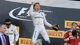 Pebalap Mercedes Nico Rosberg melompat kegirangan di atas podium atas keberhasilannya menjadi juara dalam seri Grand Prix Rusia, Minggu, 1 Mei 2016.(Reuters/Maxim Shemetov)