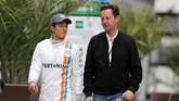 Rio Haryanto berbincang dengan manajernya, Piers Hunnisett, di sesi latihan bebas di GP Sochi, Rusia. (Dok. Manor Grand Prix Racing Ltd)