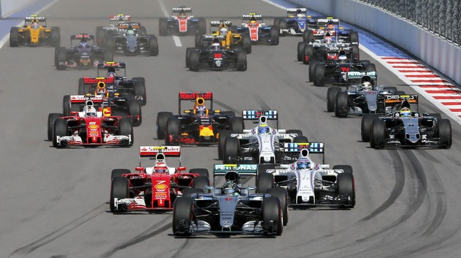 Saat balap dimulai, pebalap Mercedes Nico Rosberg memimpin dari awal di lintasan balap. Namun, nahas bagi pebalap Ferrari Sebastian Vettel yang tak bisa menyelesaikan putaran pertama karena ditabrak dari belakang. (Reuters/Maxim Shemetov).