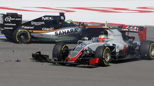 Pebalap Haas Valtteri Botas dan mobil pebalap Force India Nico Huelkenberg setelah terlibat insiden tabrakan di tingkungan dua. (Reuters/Maxim Shemetov)