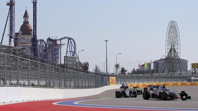 Seri grand prix Rusia di kota Sochi ini menghabiskan 53 putaran balap. Para pebalap mesti bertarung keras agar bisa finis di posisi yang lebih baik. (Reuters/Maxim Shemetov)
