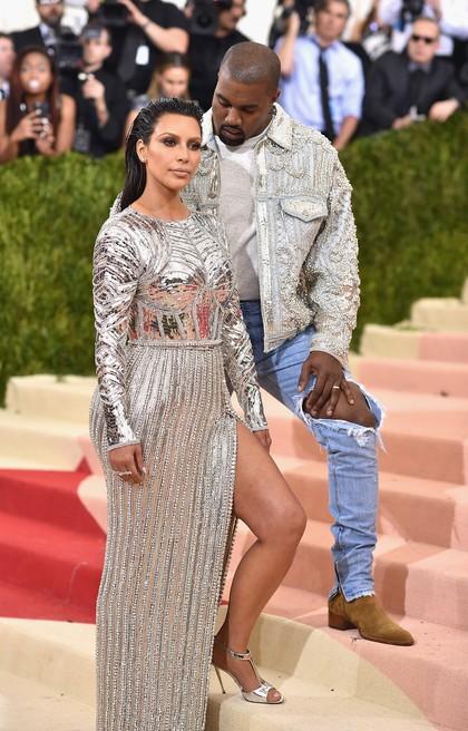 Ini Alasan Kanye West Selalu Pose di Belakang Kim Kardashian