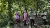 Agar makam tak hilang, bersama aktivis hak asasi manusia, keluarga membangun batu nisan sebagai penanda. Hanya delapan nama dituliskan meski diyakini ada 24 jenazah dimakamkan.(Getty Images/Ulet Ifansasti)