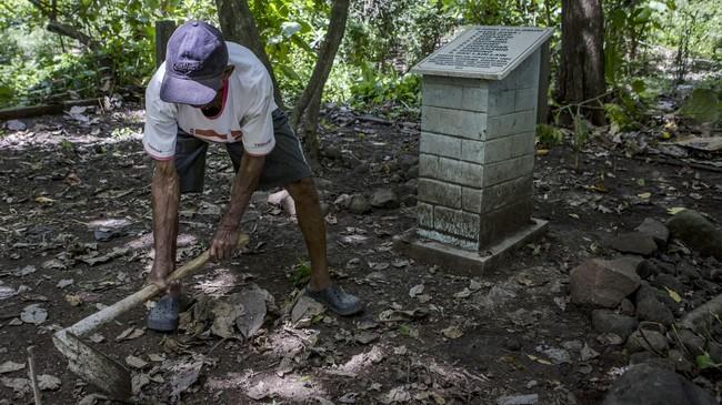 Sukar tak mengenal siapa yang dikubur di tempat itu. Dulu ia hanya diminta untuk memakamkannya. Meski begitu, ia merasa perlu untuk merawatnya.(Getty Images/Ulet Ifansasti)