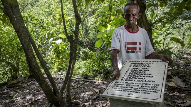 Sukar menunjukan daftar nama orang yang dikubur di Hutan Plumbon.Sukar mengaku disuruh menggali lubang untuk menguburkan orang-orang yang ditembak di tempat itu.(Getty Images/Ulet Ifansasti)