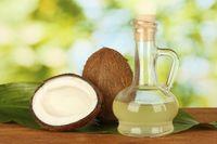Minyak kelapa tidak hanya membuat kepala bebas ketombe, namun juga membuatnya harum dan wangi. Ambil 3 hingga 5 sendok minyak kelapa dan usapkan ke rambut. Diamkan selama satu jam sebelum dibilas agar efeknya lebih maksimal. Foto: thinkstock