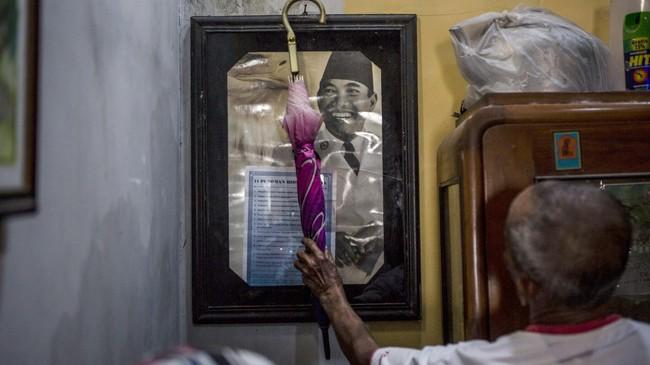Sukar saat ditemui dirumahnya di Plumbon. Rumah pria 83 tahun ini terletak tak jauh dari lokasi tempat ia dulu menguburkan sekitar 20 orang yang diyakini korban tragedi 1965.(Getty Images/Ulet Ifansasti)