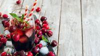 Menurut penelitian yang dipublikasikan di European Journal of Nutrition, mengonsumsi ceri atau jusnya dapat meningkatkan jumlah waktu tidur. Didukung dengan penelitian lain yang diterbitkan di Journal of Nutrition, Health & Aging bahwa makanan atau minuman berbahan dasar ceri dapat membantu tidur nyenyak dan lebih lama. Foto: thinkstock