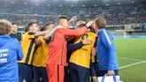 Luca Toni kemudian ditarik keluar pada menit ke-85 dan disambut oleh aplaus berdiri serta pelukan hangat rekan setimnya. (Dino Panato/Getty Images)