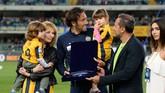 Luca Toni bersama istrinya, Marta Cecchetto, dan kedua anaknya menerima penghargaan dari presiden Hellas Verona, Maurizio Setti, sebelum laga melawan Juventus di Stadion Marc'Antonio Bentegodi (Dino Panato/Getty Images)