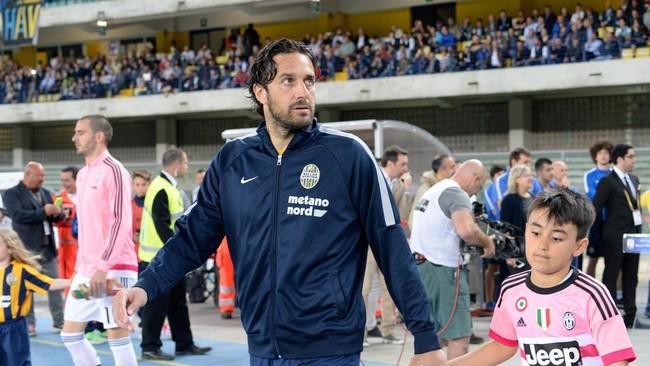 Untuk kali terakhir dalam hidupnya, Luca Toni melangkahkan kaki ke dalam stadion sebagai pesepak bola profesional. (Dino Panato/Getty Images)