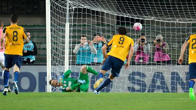 Luca Toni menutup kariernya dengan sebuah kemenangan dan penalti panenka di menit ke-43. (Dino Panato/Getty Images)