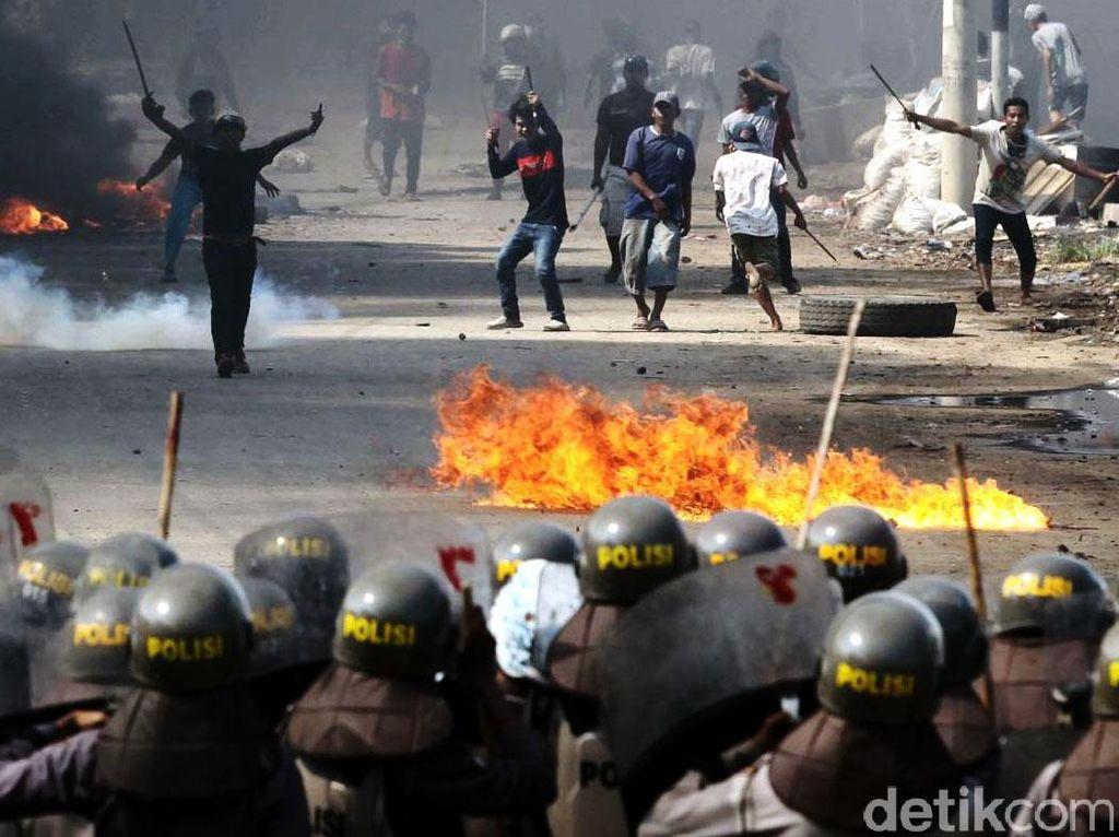 Warga tampak membakar ban untuk menghalau polisi yang datang.
